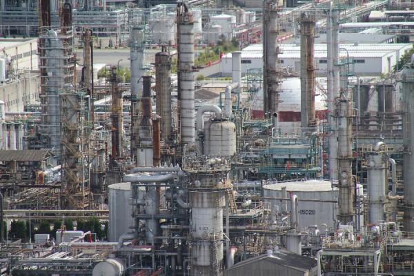 四日市港ポートビルから見た工場その1