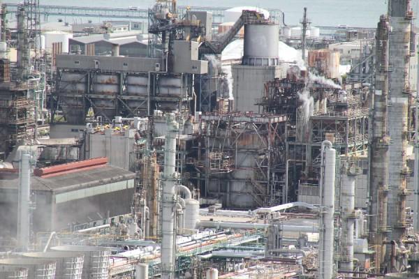四日市港ポートビルから見た工場その2