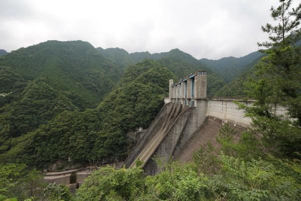佐久間ダム(左岸より)