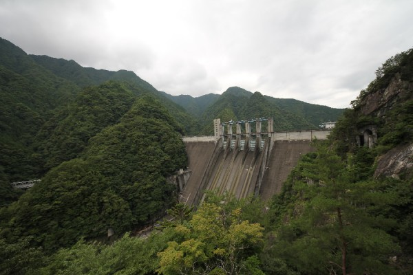 佐久間ダム(トンネルの先にある左岸の展望台より)