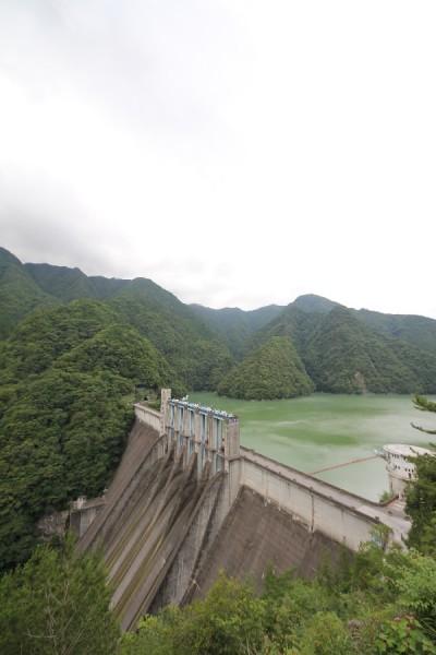 佐久間ダム(左岸の電力館の上にある展望台より)