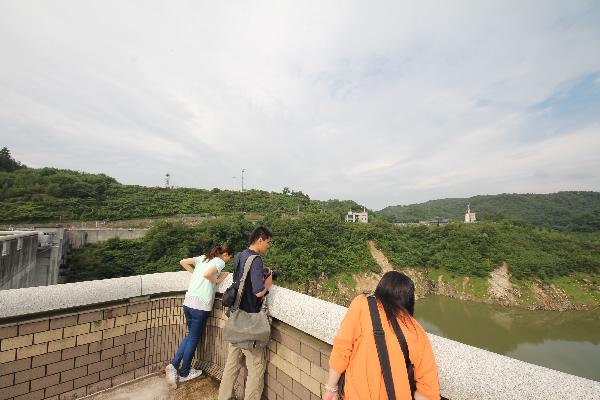 小里川ダムのダム湖側の展望台でひとやすみ