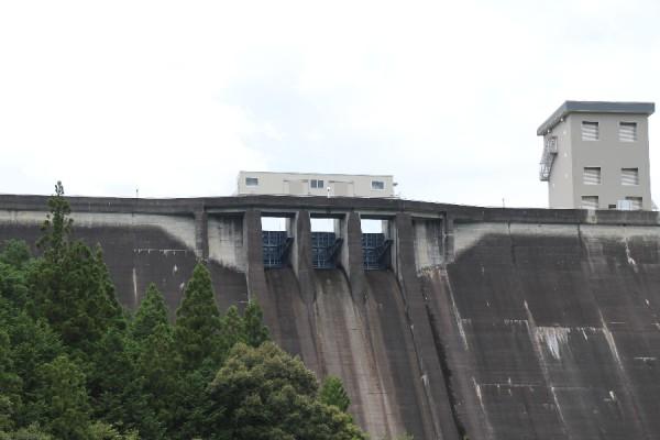 宇連ダム(下流よりクレストゲートを望む)