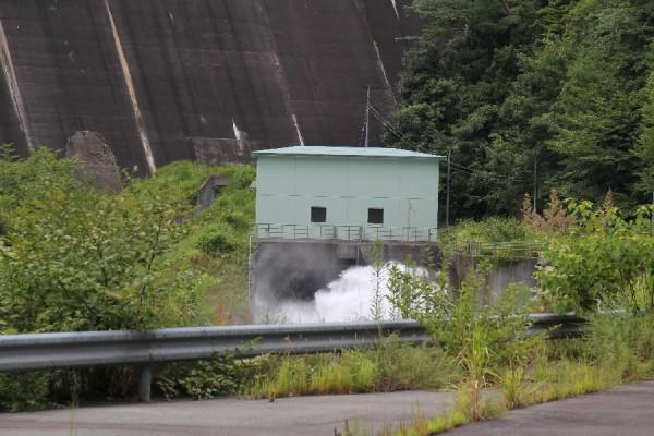 宇連ダム(下流より利水放流設備を望む)