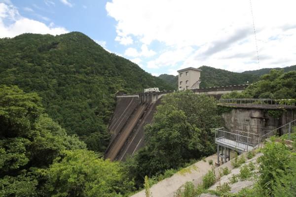 宇連ダム(左岸より下流側の堤体を望む)