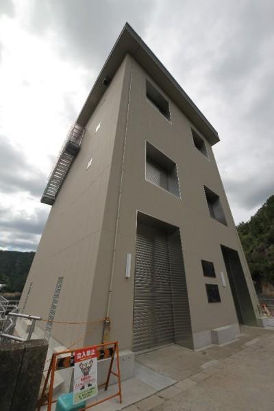 宇連ダム(表面取水設備を望む)