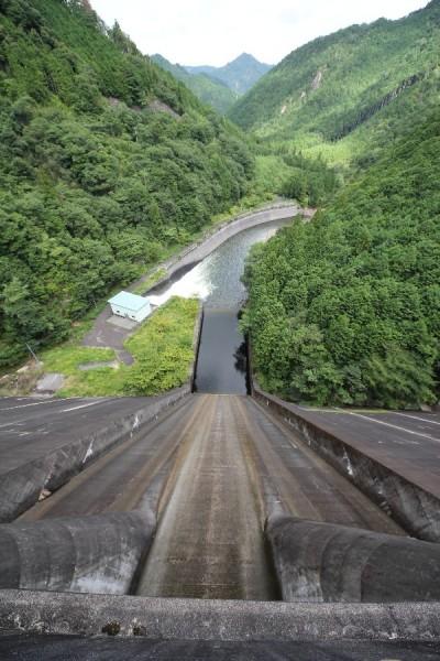 宇連ダム(天端より導流部・下流を望む)