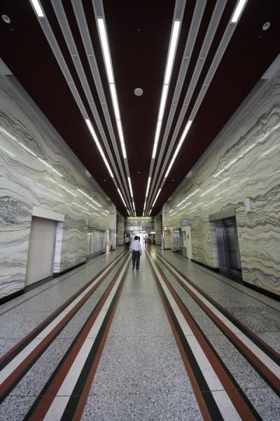 正面入口よりエレベータホール方面を望む