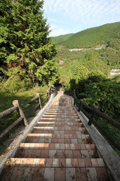 堤体左岸側にある階段