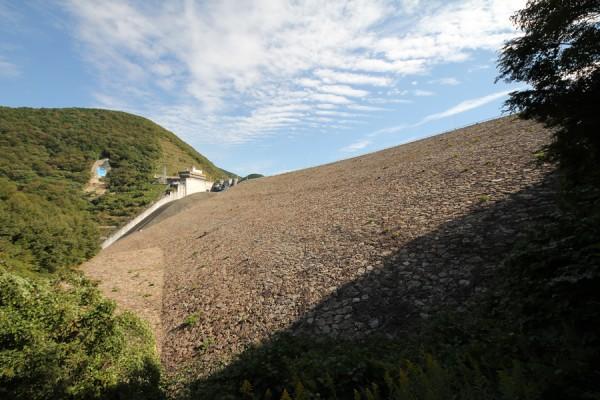 左岸の階段より下流側の堤体を望む
