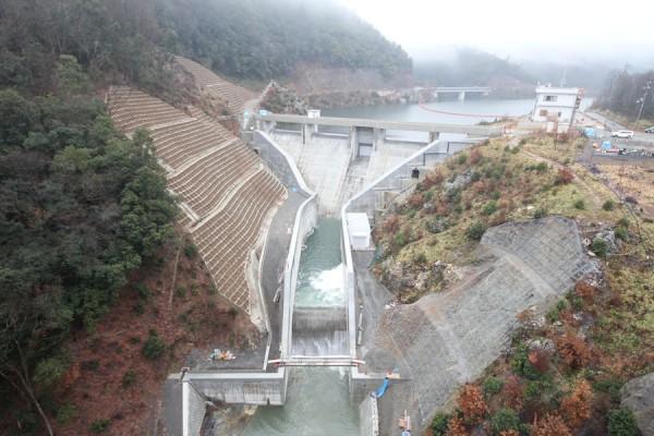 雨の中の畑川ダム
