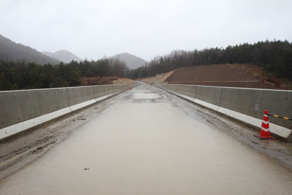 雨の中の畑川ダムの左岸遮水壁天端