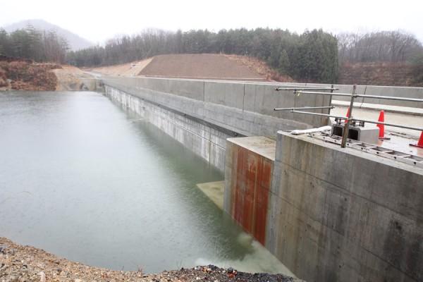 畑川ダム左岸遮水壁をダム湖側より望む