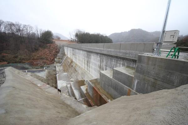 畑川ダム左岸遮水壁をJR山陰本線側より望む